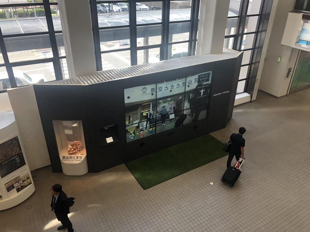 【常設稼働中】富山きときと空港 大型マルチディスプレイ・タブレット設置!